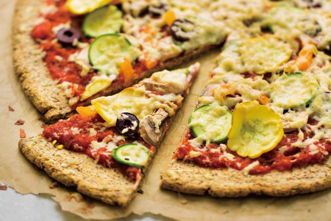 「花椰菜米披薩」自己做!零澱粉餅皮 + 滿滿蔬食一樣大滿足