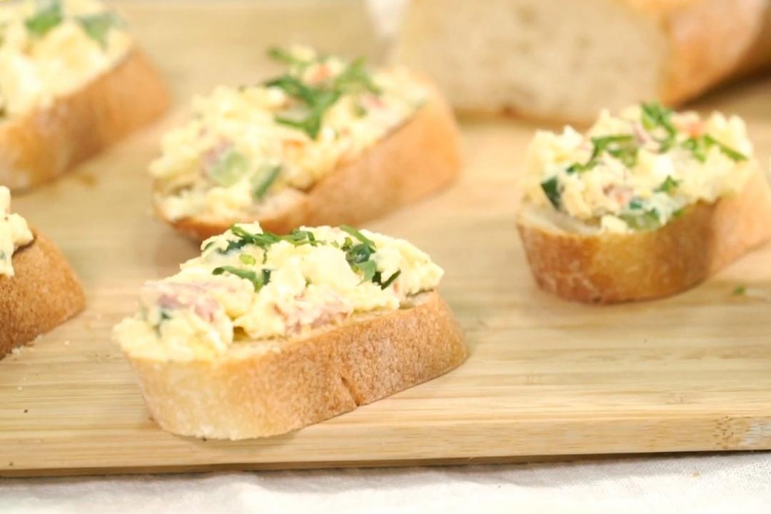 馬鈴薯沙拉佐法國麵包!小黃瓜這樣切不出水、加乳酪粉更美味