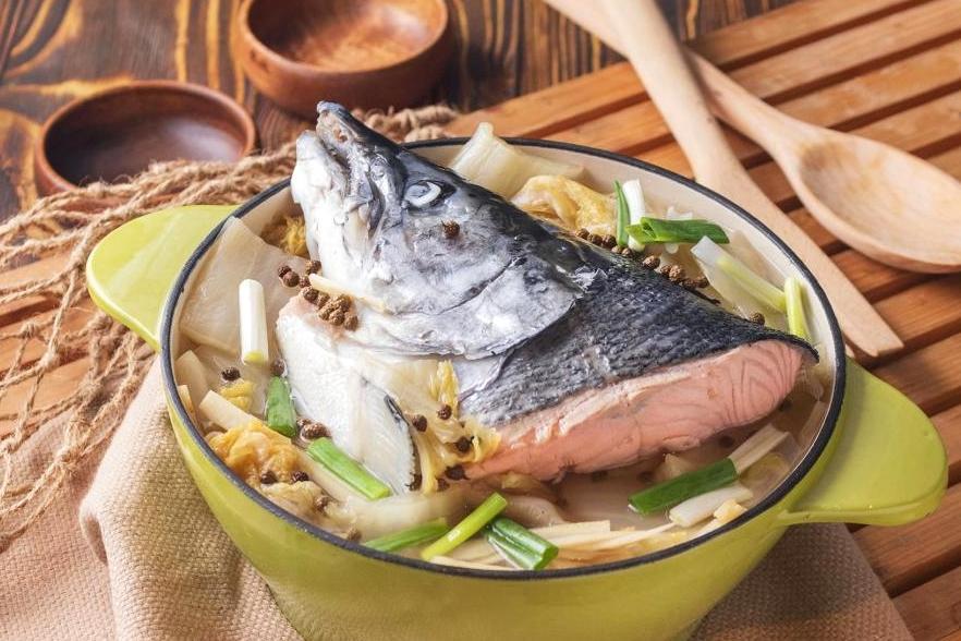 酸菜水煮鮭魚頭 | 熬湯、火鍋鮮香開胃!