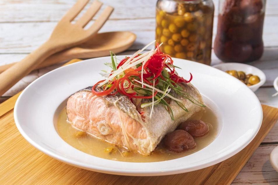 清蒸魚新吃!「紫蘇梅鮭魚」鮮香開胃