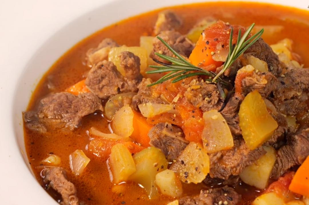 用電鍋煮「牛肉羅宋湯」一樣好喝!爆香、燉煮一鍋到底
