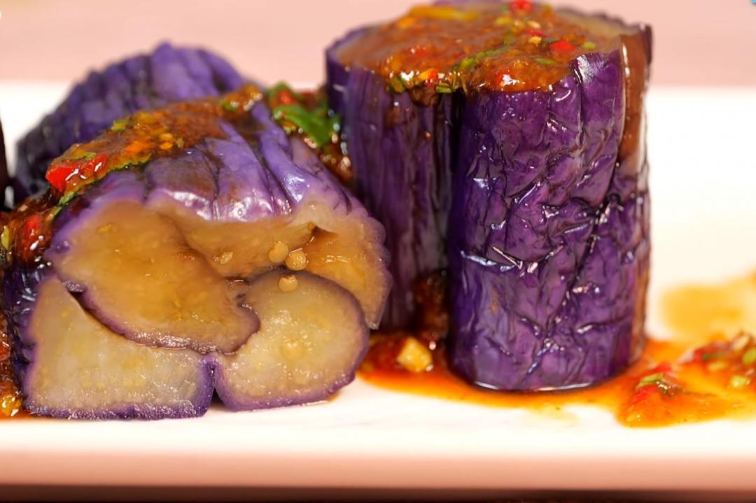 「涼拌茄子」鮮紫不變色小秘訣!免過油也不怕糊糊黑黑