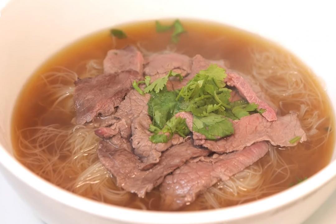 「越式牛肉湯」河粉換米粉一樣好吃!洋蔥煮出美味湯頭不用熬