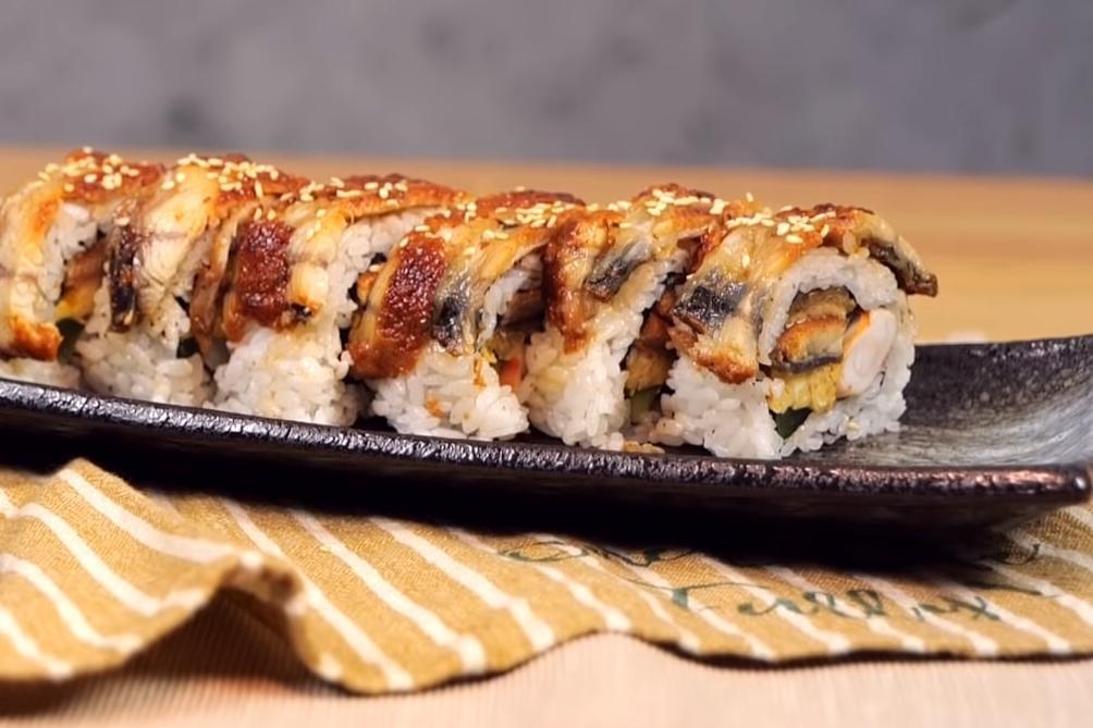 「蒲燒鰻花壽司」捲出道地日本味!鹹甜醬汁還能變小菜?