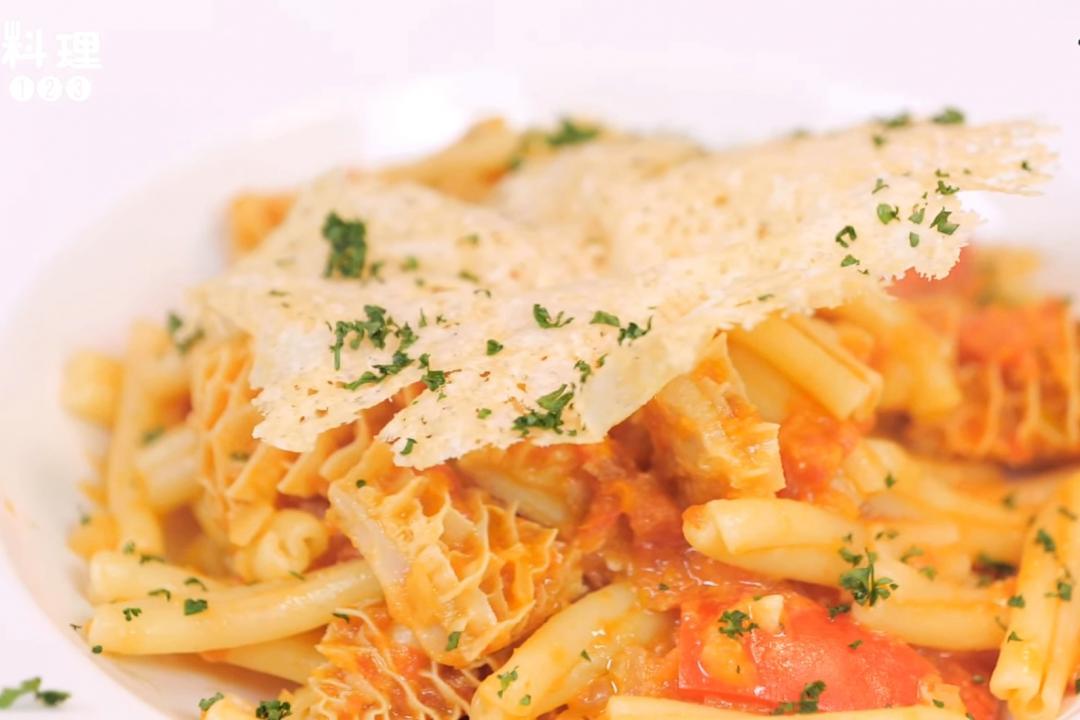 義式經典美食「番茄燉牛肚」炒義大利麻花捲麵!美味飽足吃一餐