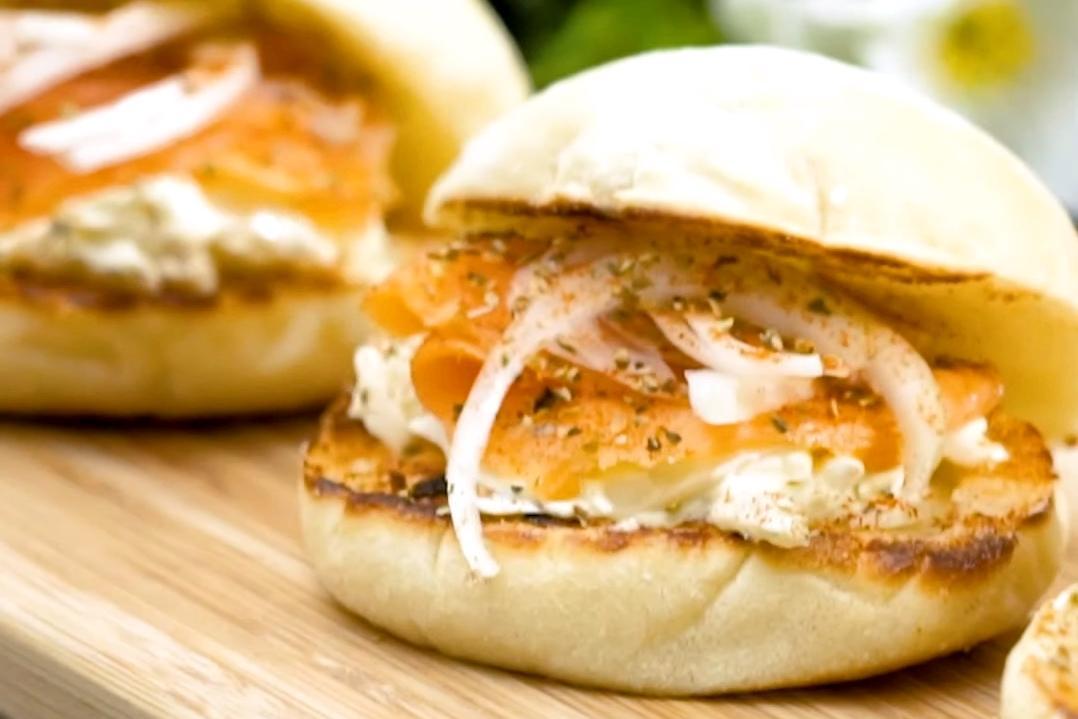 檸檬乳酪醬怎麼抹都好吃!「鮭魚洋蔥小漢堡」野餐、嘴饞必備