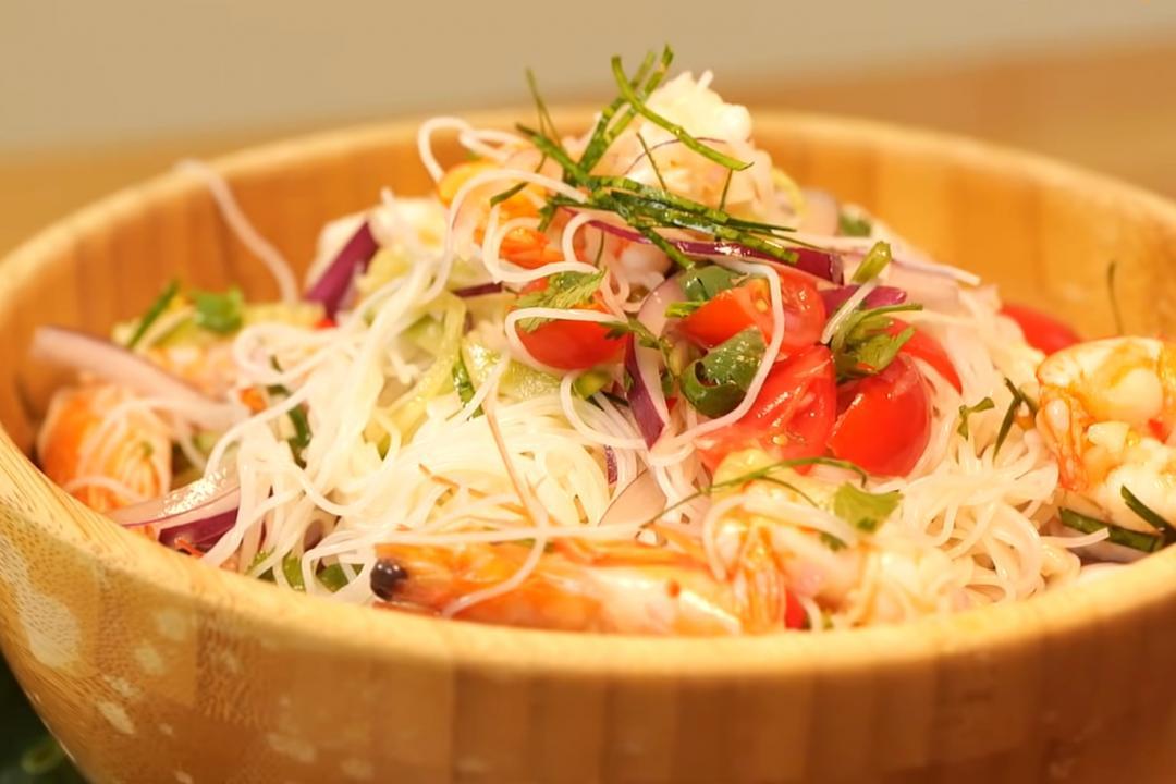 夏天必吃「泰式涼拌海鮮米粉」!燙蝦、透抽Q彈不怕老