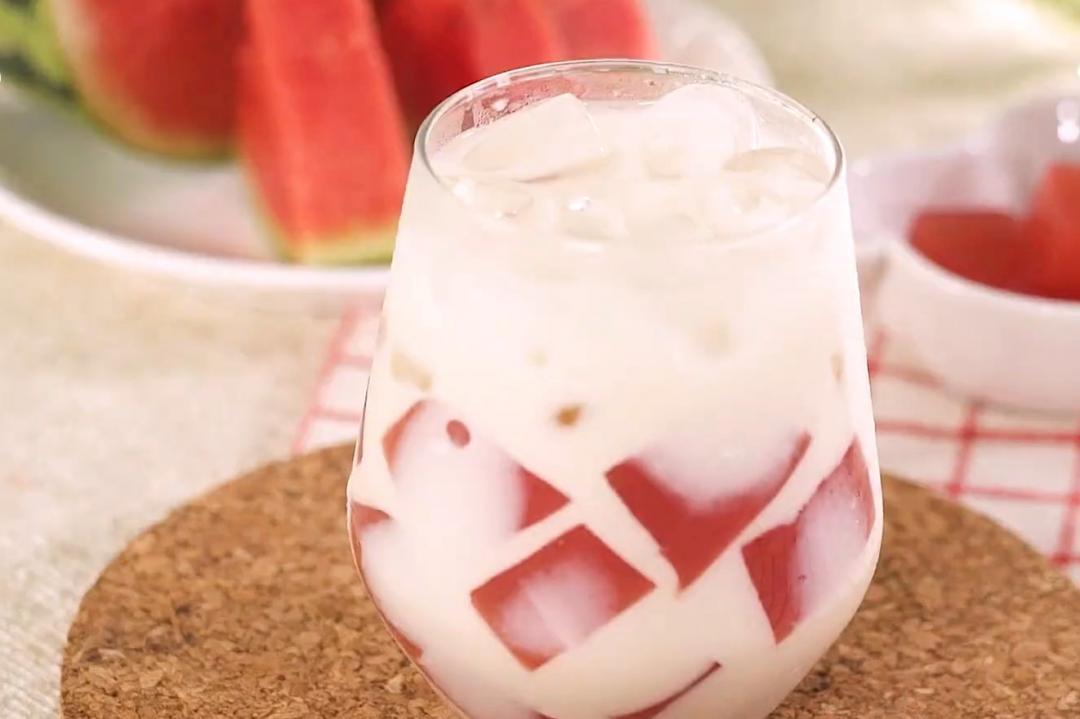西瓜削皮切保留最多果肉!「西瓜凍燕麥奶」新喝法必學