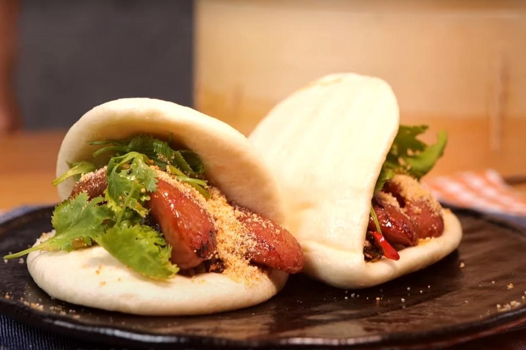 「刈包三寶」一次教你做!台式漢堡夾香腸酸菜超對味