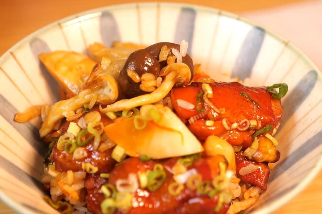 電鍋做「日式釜鍋炊飯」!拌上醬燒雞腿超美味