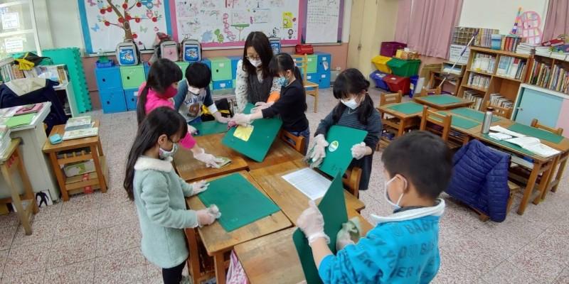 武漢肺炎》學童消毒易患皮膚炎 用漂白水擦拭應戴口罩手套