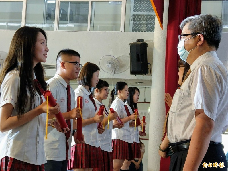 南投五育高中舉行長照畢業生傳承儀式,並由各長照機構代表授予任用聘書。(記者劉濱銓攝)