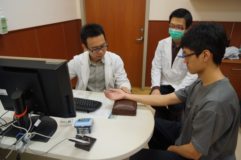 對於重度3C族如何護眼?台南市立安南醫院中醫師曾印正(左)教大家正確作法。(記者王俊忠翻攝)