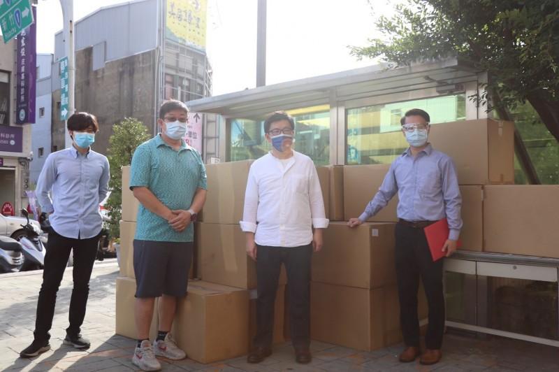 挺醫護警消   行政院政務顧問鄭宏輝募「防護衣」 今捐贈兩醫院 - 即時
