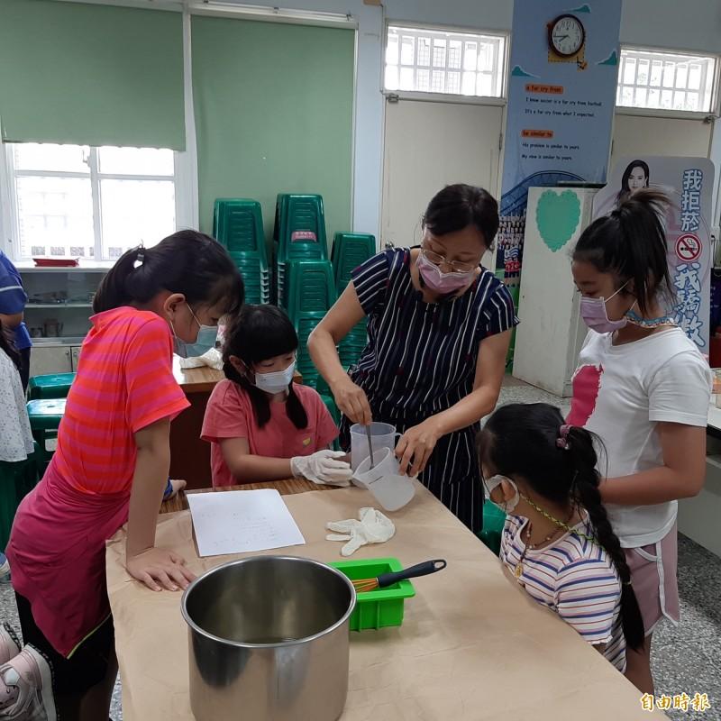 麥寮興華學童抗疫不忘學習 DIY手工皂
