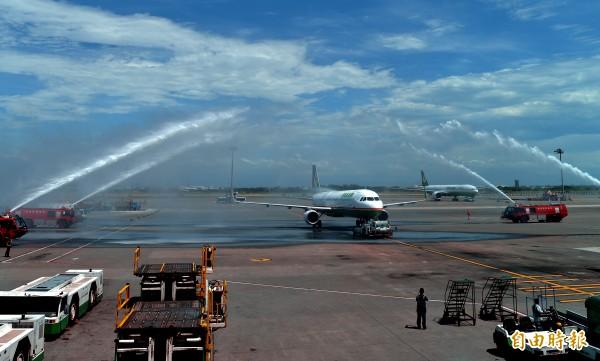 長榮航空新闢的桃園-沖繩航線今天正式首航,機場公司派出消防車為首航班機進行灑水禮。(記者朱沛雄攝)