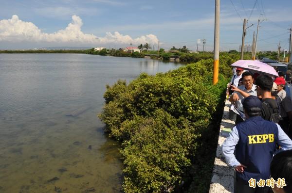 茄萣濕地闢路案環評委員今下午實地現勘1-4號道路。(記者蘇福男攝)