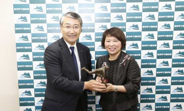 嘉義市長黃敏惠(右)將KANO投手塑像「一隻展開翅膀的老鷹KANO1931」贈送給甲子園歷史館,由館長田中計久(左)代表接受。(圖由嘉義市政府提供)