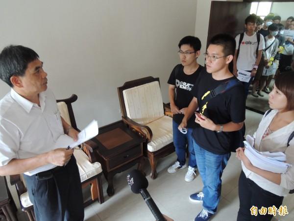 海科大主祕楊源仁(左)向學生說明會議結論。(記者蔡清華攝)