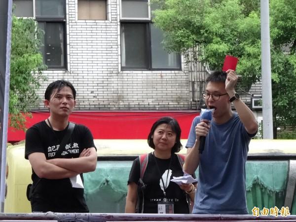 林飛帆提醒民眾自己裁「紅牌」到桃園迎接張志軍。(記者蘇芳禾攝)