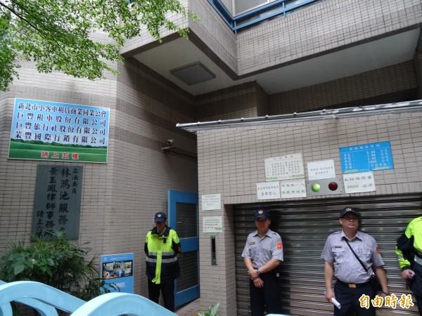 林鴻池服務處樓下站滿員警。(記者蘇芳禾攝)
