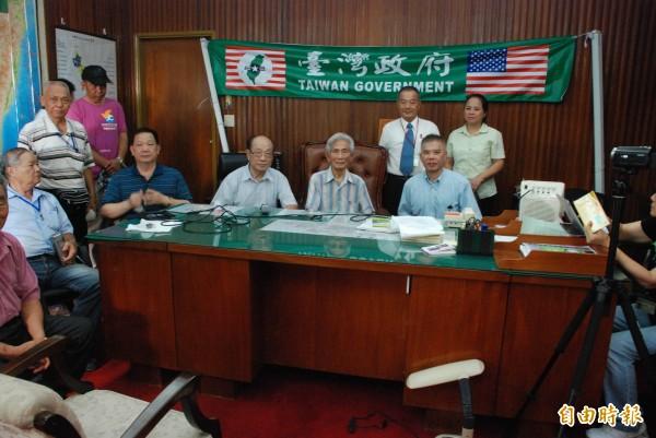 台灣政府主席蔡明法(坐者右一)率幹部進駐台灣省政府主席辦公室,(記者陳鳳麗攝)
