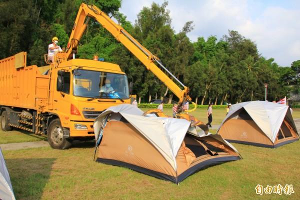 「美國台灣政府」在省府旁921紀念公園搭建51頂帳篷,中科管理局今天下午展開拆除。(記者佟振國攝)