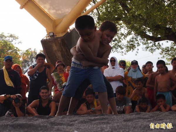 台東知本卑南族卡大地布部落小米教穫祭摔角活動登場,剽悍勇士肉搏,就連國幼班的小朋友也不遑多讓。(記者陳賢義攝)