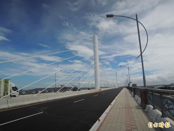 聯絡新竹縣、市重要道路的舊社大橋改建工程上午舉行通車典禮,花費2年半、總工程經費10.5億元。(記者洪美秀攝)