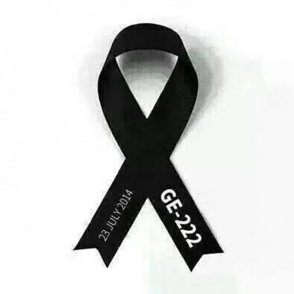 澎湖囝仔含足深夜在臉書更換悼復興航空空難的黑絲帶,兩端白字為失事航班和失事時間,獲臉友分享轉貼。(摘自「含足」臉書)