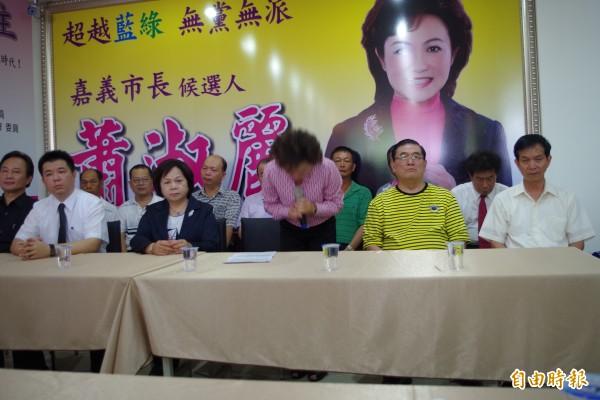 蕭淑麗五度鞠躬宣布退選,跟支持者抱歉,沒能實現政見。(記者王善嬿攝)