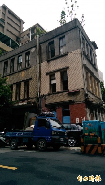 位於廈門街的舊廈門派出所,閒置4年成了鼠窩,建物外表陰森,活像間鬼屋。(記者葉冠妤攝)