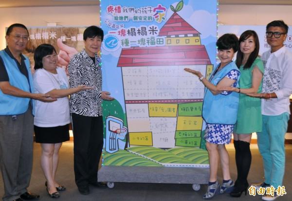 「歌唱情侶」搭檔張琪、謝雷攜手以實際行動支持桃園縣私立藍迪兒童之家的「福田計畫」。(記者李容萍攝)