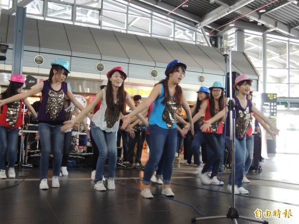大地合唱團環島音樂列車,首站選在高鐵台南站啟航。(記者林孟婷攝)