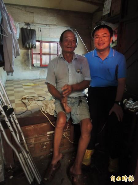 安定區長朱棟(右)帶領安定行善團志工群,為62歲獨居王姓男子修繕漏水多年的屋頂、以及整理居家環境(左)(記者林孟婷攝)