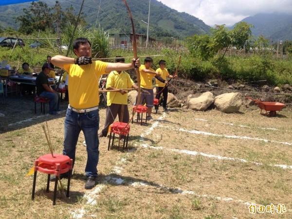 信義鄉羅娜部落舉辦傳統射箭競技,參賽選手全力以赴爭取佳績。(記者陳信仁攝)