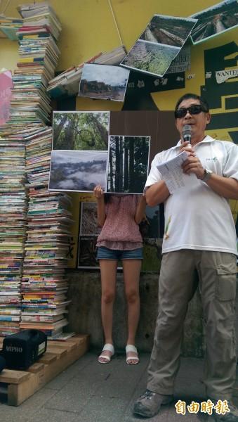 松菸護樹團蒐集小學六年以來使用過的教科書,堆疊成一座「書樹」,呼籲教科書應循環再利用,少子化的同時也該「少紙化」。(記者葉冠妤攝)