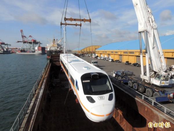 新的太魯閣號火車頭經船運抵台中港。(記者歐素美攝)