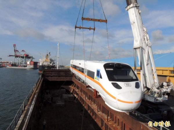 吊車將船艙中的太魯閣號火車頭吊上岸。(記者歐素美攝)