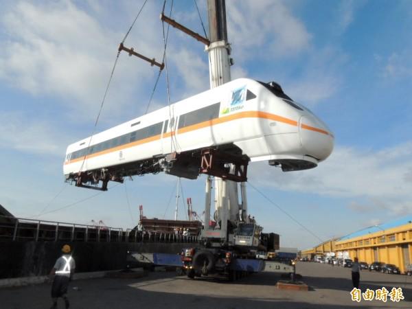 新的太魯閣號火車頭上岸後將運往大肚組裝。(記者歐素美攝)