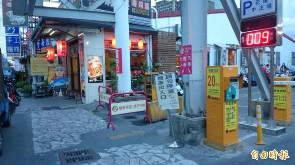花蓮排隊日本料理店,被驗出仙人掌桿菌及組織胺超標,業者週一公休,不過仍有客人進入用餐。(記者花孟璟攝)