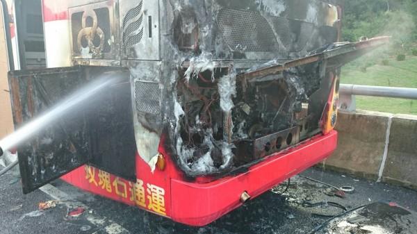 五楊高架南下遊覽車火燒車,車頭被燒得一片焦黑、面目全非。(記者鄭淑婷翻攝)