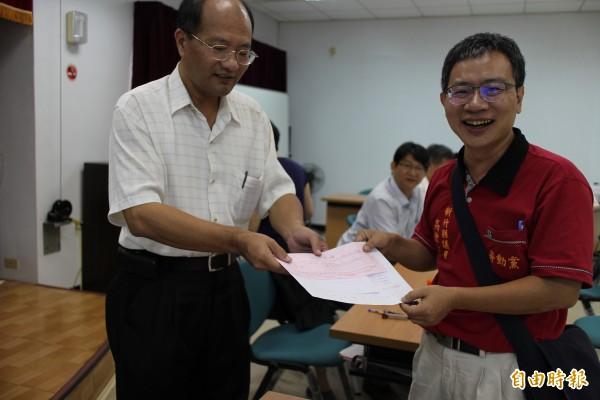 在許多勞工朋友和其他支持者期盼中,新竹縣勞動黨籍議員高偉凱(右)今天早上登記拚連任。(記者黃美珠攝)