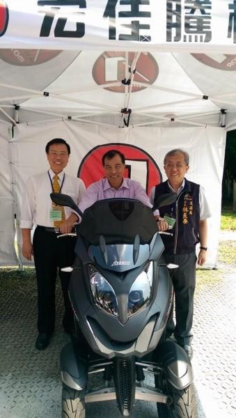 交通部長葉匡時表示,將開放三輪機車,圖為葉匡時(中)試駕三輪機車。(翻攝葉匡時臉書)