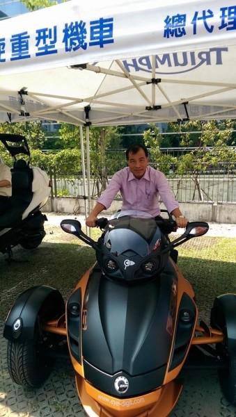 交通部長葉匡時表示,將開放三輪機車,圖為葉匡時試駕百萬級三輪重機情形。(翻攝葉匡時臉書)