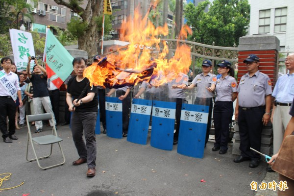 5位由基進側翼推出的市議員候選人舉行記者會,焚燒國民黨黨旗,表達對國民黨政府的強烈抗議。(記者周思宇攝)