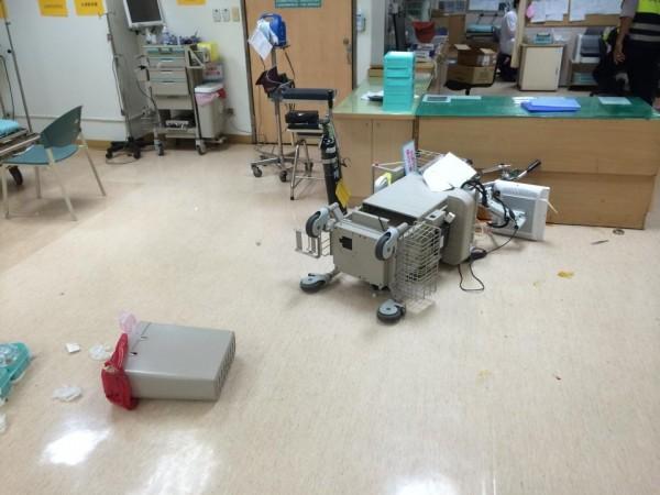 李婦大鬧光田醫院急診室將醫療器材翻倒。(記者張軒哲翻攝)
