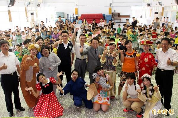 嘉大「向日葵兒童劇團」今天演出後,演員與學生合照。(記者王善嬿攝)