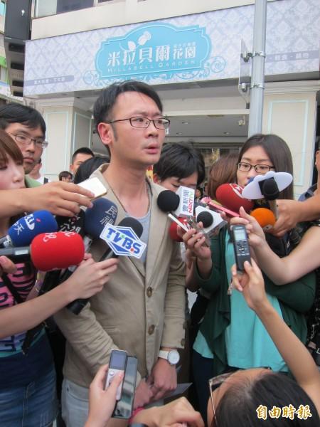 羅淑蕾服務團隊主任盧威到柯文哲競選總部「查帳」,竟落荒而逃,一路被媒體包圍。(記者蔡亞樺攝)