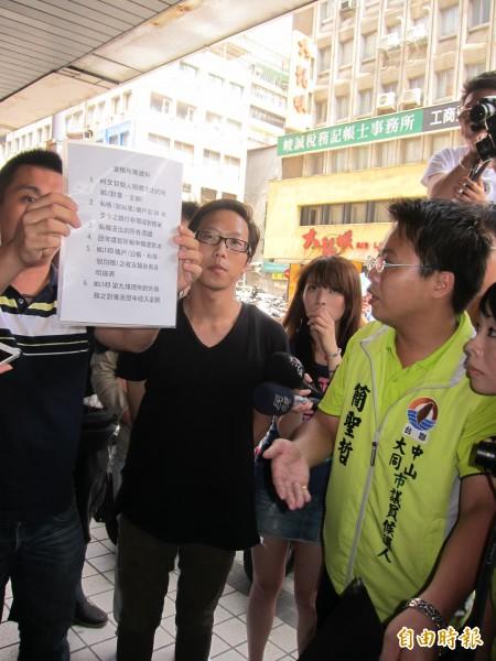傳出羅淑蕾要來「查帳」,一群聲稱台北市民的民眾,拿著聲明書要求柯文哲競選辦公室派人出面。(記者蔡亞樺攝)
